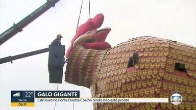 Equipe trabalha na Ponte Duarte Coelho, no Centro, para erguer a alegoria gigante do galo - Escultura tem que ficar pronta para o início oficial da festa no Recife, nesta sexta-feira (9)