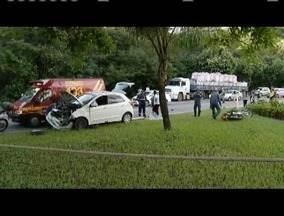 Dois jovens morrem após acidente entre moto e carro em avenida de Ipatinga - Motorista do carro disse que não viu a motocicleta, ocupada pelos jovens; uma das vítimas teve o corpo preso às ferragens do carro.