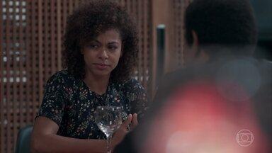 Lica não percebe o constrangimento de Nena no restaurante - Nena disfarça e apresenta Lica para Flávio