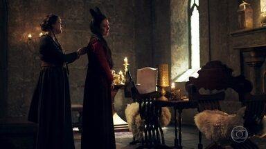 Lucrécia diz a Latrine que Rodolfo está frustrado porque ela ainda não engravidou - Rodolfo diz para Lucrécia que o dia do eclipse está chegando e será nesse dia que ele irá engravidá-la