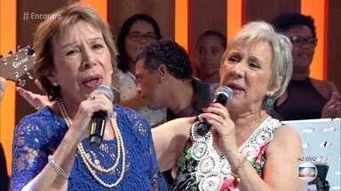 As Galvão cantam 'No Calor dos teus Braços' - Irmãs se apresentam no palco do 'Encontro'
