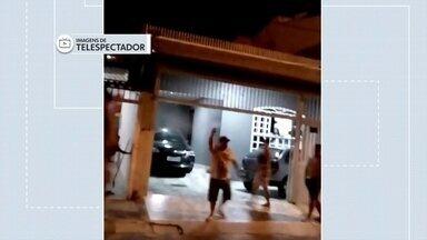 Crianças são agredidas por vizinho em Samambaia - As crianças brincavam na rua até que foram surpreendidas por um vizinho. Ele estava incomodado com o barulho e usou spray de pimenta.