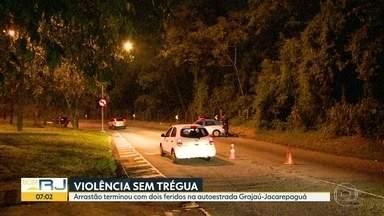 Duas pessoas ficam feridas em arrastão na Grajaú-Jacarepaguá - Suspeita de assaltos também fechou túnel Santa Bárbara.
