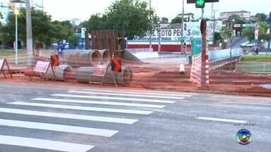 Obras interditam trechos em avenida de Rio Preto - Obras interditam dois trechos na região da avenida Philadelpho Gouvea Netto em São José do Rio Preto (SP).