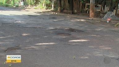 Moradores reclamam 'crateras' em ruas na zona norte de Ribeirão Preto - Buracos prejudicam o trânsito no bairro Maria Casagrande.