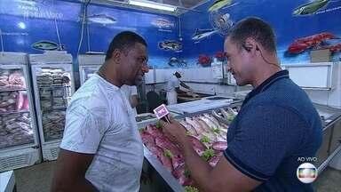Fabrício Battaglini conversa com feirantes do Mercado do Rio Vermelho - Mercado de Salvador oferece produtos típicos e encanta turistas