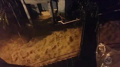 Chuva provoca deslizamento de terra e alaga escola em Angra dos Reis, RJ - Temporal na noite de quarta-feira também causou outros estragos.