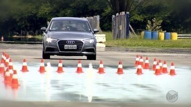 Pneus murchos aumentam as chances de acidente na pista - Carro perde estabilidade e o asfalto molhado propicia mais risco de colisão.