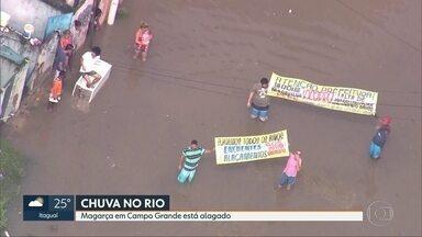 Magarça, em Campo Grande, está alagado - Rio de Janeiro amanhece com problemas após temporal. Bairros ainda estão alagados. O Rio Cabuçu transbordou, deixando moradores ilhados.