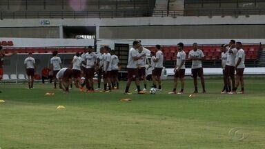 Jogadores do São Paulo chegam a Maceió e são recebidos por torcedores - Time treina e faz reconhecimento de campo.