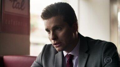 Patrick convence Alzira a denunciar Vinícius - Advogado a orienta a levar o computador da filha até a delegacia