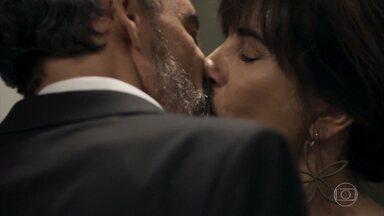 Henrique beija Elizabeth - Mãe de Clara se esquiva das tentativas do ex-marido de conversar sobre a relação que tiveram no passado