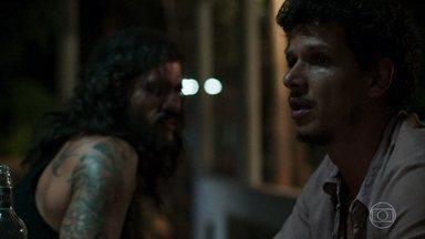 Zé Victor não se conforma com o desaparecimento de Tônia - Ele desabafa com Mariano, que estranha a situação