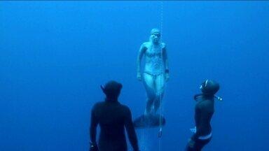Brasileira quebra recorde sul-americano de mergulho em apneia - Carol Schrappe mergulha a 101 metros de profundidade.