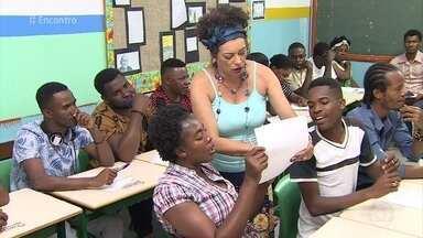 Escola reorganizou currículo para integrar melhor os refugiados haitianos - Fátima conversa com refugiados sobre as dificuldades de adaptação com o idioma e com a cultura