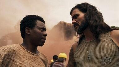 Valdo acredita ter encontrado a esmeralda gigante - O garimpeiro comenta com Mariano e os dois combinam de pegar a pedra só para eles