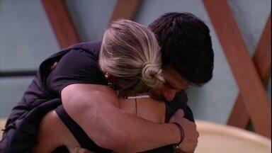 Lucas abraça Jéssica e diz: 'Eu preciso de ti' - Brother abraça sister na área externa