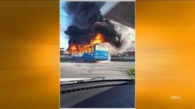 Carros e ônibus são incendiados em Florianópolis após operação policial - Carros e ônibus são incendiados em Florianópolis após operação policial