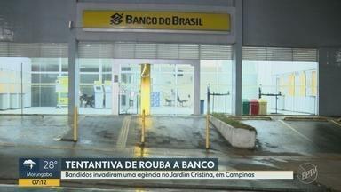 Imagens mostram entrada de assaltantes em banco de Campinas - Eles quebraram os vidros da agência, localizada no Jardim Cristina. Grupo não conseguiu levar dinheiro.