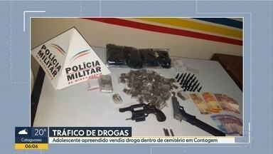 Adolescente é apreendido suspeito de vender drogas em cemitério de Contagem - Segundo a PM, ele foi detido durante uma batida policial no bairro Alvorada.