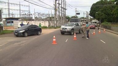 Trecho da Av. Brasil, em Manaus, é interrompido para reconstrução de ponte - Ponte metálica foi construída para desviar fluxo de veículos até conclusão das obras.