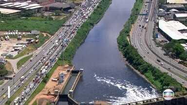 Trânsito congestionado na rodovia Castello Branco - Motoristas enfrentam filas desde cedo no sentido da Marginal Tietê.