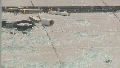 Câmeras de segurança flagram ação de ladrões durante roubo à agência bancária em Campinas - Criminosos usaram uma marreta para quebrar o vidro do banco.