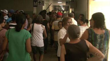 Pacientes madrugam para fazer recadastramento do Programa do Glaucoma em Maceió - Atendimento ficou tumultuado.