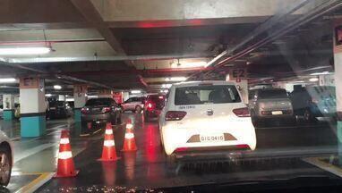 Por causa da chuva, fila de carros trancam saída de shopping em Brasília - Por causa da chuva, uma fila de 60 carros provocou engarrafamento na saída de um shopping em Brasília. Motoristas levaram mais de 40 minutos para sair de estacionamento na tarde desta quarta-feira (21)