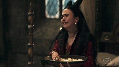 Lucrécia flagra Tila no quarto de Rodolfo - A rainha de Montemor se revolta e chora pela traição do marido