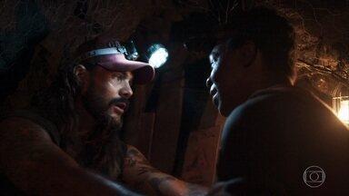 Mariano e Valdo planejam esconder a esmeralda gigante dos outros garimpeiros - Sophia estranha o comportamento de Mariano e manda Rato ficar de olho nele