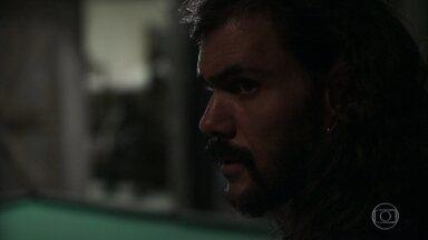 Rato e Zé Victor vigiam a mina - Mariano avisa a Valdo que eles não devem pegar a esmeralda gigante até que Sophia pare de desconfiar