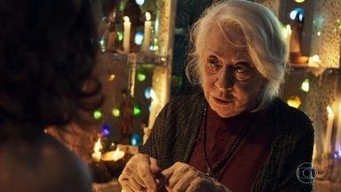 Clara se aconselha com Mercedes sobre seu projeto de vingança - Mercedes diz que não aprova a vingança, mas que Vinícius teve o fim que mereceu