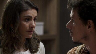 Zé Victor vai atrás de Tônia no hospital - A médica consegue dobrar o garimpeiro ao dizer que está grávida do marido e quer formar uma família