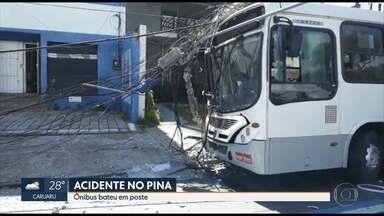 Ônibus bate em poste e passageira sofre ferimentos leves no Recife - Acidente ocorreu neste sábado (24), no Pina, na Zona Sul