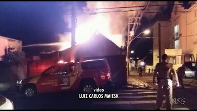 Casa abandonada é consumida por incêndio no Centro de Ponta Grossa - Situação foi na noite de sexta-feira (23).