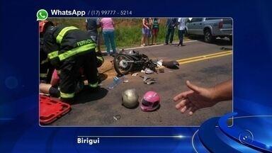 Mulher morre em acidente em estrada vicinal entre Birigui e Coroados - Uma mulher de 35 anos morreu em um acidente de trânsito na tarde deste sábado (24), em uma estrada vicinal, que liga as cidades de Birigui (SP) e Coroados (SP). O acidente envolveu a moto onde a vítima estava, um carro e uma caminhonete.