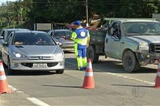 Trânsito na Rodovia Mogi-Bertioga é liberado pelo DER - Via esteve fechada por nove dias, após quedas de barreiras.