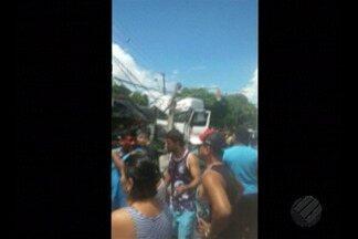 Acidente entre caminhão e veículo deixa vítima presa nas ferragens, em Icoaraci - O caminhão e um veículo de passeio se chocaram no cruzamento da 5ª Rua com a rua Itaboraí, em Icoaraci, distrito de Belém.