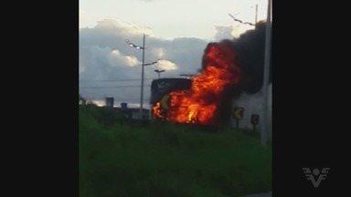 Ônibus pega fogo na Curva do 'S', em Praia Grande - Incidente ocorreu na tarde deste sábado (24). Não há informações sobre feridos.