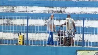 Torcedores do Goytacaz realizam mutirão no estádio Aryzão após interdição - Assista a seguir.