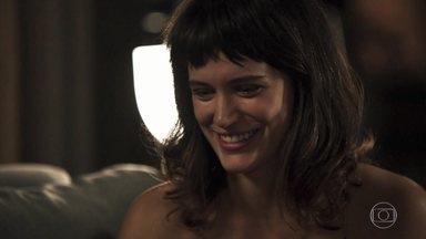 Renan tenta convencer Clara a investir na grife para Beth - Patrick observa a conversa de Clara, Beth, Renan e Renato com desconfiança