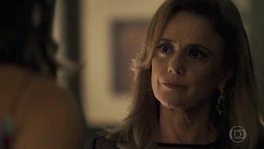 Sophia ameaça expulsar Lívia de casa - Ela manda Lívia se afastar de Mariano ou vai proibi-la de ver Tomaz