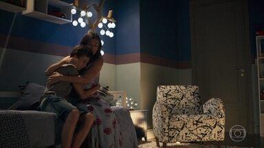 Aos prantos, Lívia declara seu amor por Tomaz - O menino tenta consolar a mãe sem entender o que está acontecendo