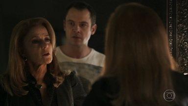 Gael confronta Sophia - Sophia confirma toda a história da paternidade de Lívia e diz que pode levar Mariano para morar com ela. Gael reage
