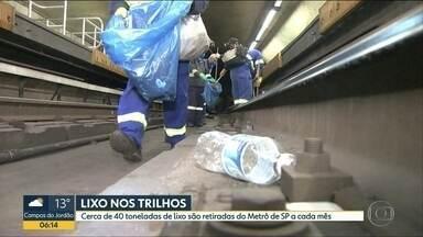 Quase 40 toneladas de lixo são retiradas todo mês do Metrô de SP - Mais de 60 pessoas trabalham todos os dias na limpeza dos túneis. Itens descartados por usuários vão de preservativos a absorventes.