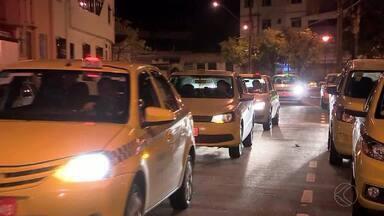 Taxistas protestam em Juiz de Fora e pedem transporte de passageiros por aplicativo - Objetivo dos profissionais é apoiar a criação de regras para que os sistemas coexistam e a competição ocorra de forma saudável.