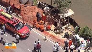 Homem é soterrado durante escavação de tubulação de gás em betim - Duas viaturas estão no local e os militares trabalham no resgate.