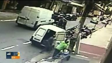 PM de folga é morto depois de briga com motoqueiro no Brás - Policial de 49 anos ia se aposentar em dezembro e deixa três filhos. Câmera de segurança gravou tudo