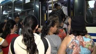 Passageiro é agredido durante embarque em ônibus, em Goiânia - Ele ficou com a boca sangrando após homem furar fila para entrar no coletivo.